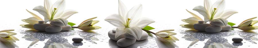 Скинали - Освежающие белые лилии на камешках на белом фоне