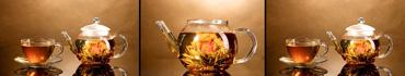 Скинали - Стеклянные чайник и чашка с экзотическим чаем и цветами на коричневом фоне