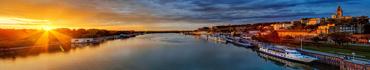 Скинали - Город и широкая река в лучах солнца