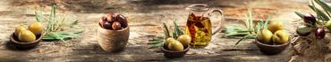 Скинали - Оливки на деревянном столе