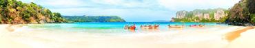 Скинали - Тропический пляж с лодками у берега