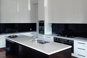 Фартуки для кухни из стекла: фото - 384