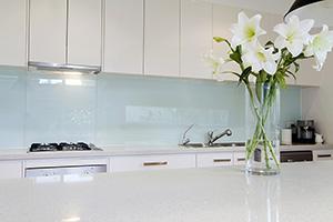 Фартуки для кухни из стекла: фото - 390
