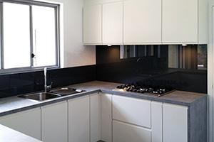 Фартуки для кухни из стекла: фото - 351